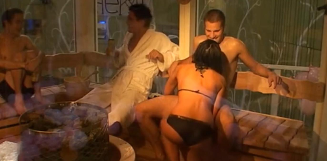 Пара любовниц купается в бассейне и занимается сексом в доме